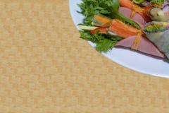 Rotolo dell'insalata della verdura fresca con insalata verde e fungo e Cr Fotografie Stock