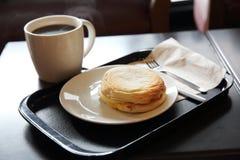 Rotolo dell'uovo fritto e del bacon con caffè fotografie stock libere da diritti