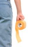 Rotolo della carta igienica gialla a disposizione Immagini Stock Libere da Diritti