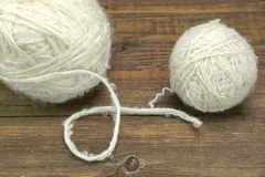 Rotolo della lana di due pecore bianche su Bckground di legno Fotografia Stock Libera da Diritti