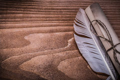 Rotolo della piuma di carta d'annata sul bordo di legno Immagine Stock Libera da Diritti