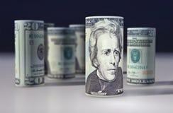 Rotolo delle banconote in dollari isolato con fondo bianco Immagine Stock