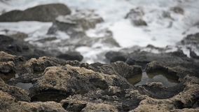 Rotolo delle onde del mare sulla costa video d archivio