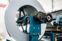 Rotolo di acciaio galvanizzato per i tubi ed i tubi del metallo di produzione per i sistemi di ventilazione industriali in fabbri Immagini Stock
