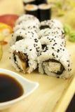 Rotolo di California Butterer sulla zolla con altri sushi Fotografie Stock