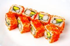 Rotolo di California con gamberetto, il tobiko, l'avocado e la maionese giapponese Fotografie Stock