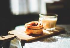 Rotolo di cannella con coffe Fotografia Stock