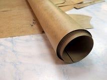 Rotolo di carta da disegno e dei modelli sulla tavola immagine stock libera da diritti