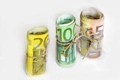 Rotolo di euro soldi legato con il nastro del cavo della cordicella Fotografie Stock