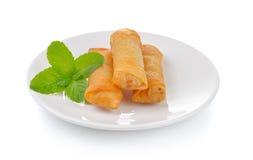 Rotolo di molla cinese fritto sul piatto bianco per l'aperitivo Fotografie Stock