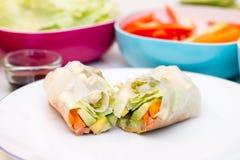 Rotolo di molla fresco con la verdura che riempie sul piatto bianco Fotografie Stock