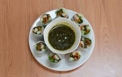 Rotolo di molla fresco tailandese con le erbe e la salsa piccante Fotografia Stock Libera da Diritti