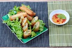Rotolo di molla fritto nel grasso bollente e salsa dolce acida Fotografia Stock Libera da Diritti