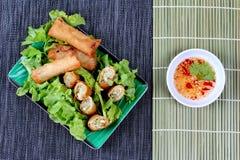 Rotolo di molla fritto nel grasso bollente e salsa dolce acida Fotografie Stock