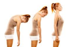Rotolo di pratica della spina dorsale di yoga della giovane donna Immagini Stock