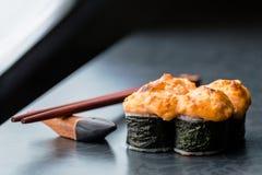Rotolo di sushi al forno su fondo scuro Fotografia Stock
