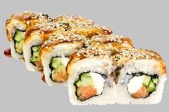 rotolo di sushi Canada con la salsa di color salmone di unagi del cetriolo del sesamo dell'anguilla del formaggio fotografia stock libera da diritti