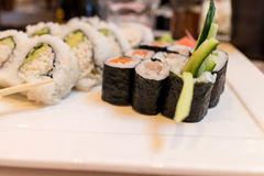 Rotolo di sushi combinato sul piatto bianco. Immagini Stock
