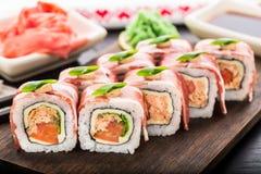 Rotolo di sushi con bacon Immagini Stock