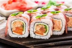 Rotolo di sushi con bacon Immagini Stock Libere da Diritti