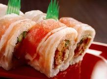 Rotolo di sushi con bacon Fotografie Stock