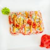 Rotolo di sushi con formaggio cremoso, l'anguilla e il tobiko Fotografia Stock Libera da Diritti
