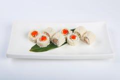 Rotolo di sushi con formaggio cremoso, salmone, uova rimescolate, caviale rosso Fotografia Stock