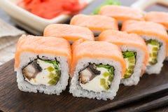 Rotolo di sushi con il salmone e l'anguilla Fotografie Stock Libere da Diritti