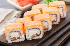 Rotolo di sushi con il salmone ed il gamberetto Fotografie Stock