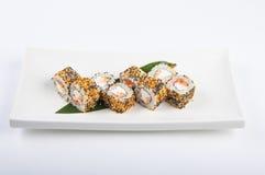 Rotolo di sushi con il salmone, formaggio cremoso, uova rimescolate, sesamo Fotografia Stock