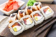 Rotolo di sushi con il salmone, il tonno e l'anguilla Fotografia Stock Libera da Diritti