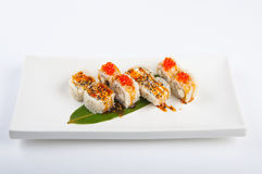 Rotolo di sushi con il tonno, il formaggio cremoso rimescolato, dell'uovo ed il caviale rosso Fotografia Stock
