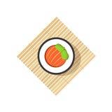 Rotolo di sushi con le verdure astratte, ingredienti di color salmone, stuoia di legno di rotolamento Immagini Stock Libere da Diritti