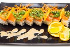 Rotolo di sushi con salamon Immagine Stock