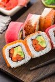 Rotolo di sushi dell'arcobaleno con il salmone, il tonno e l'anguilla Immagini Stock