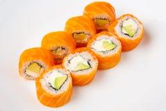 Rotolo di sushi di Filadelfia con il formaggio cremoso del salmone affumicato e dell'avocado e Immagini Stock Libere da Diritti