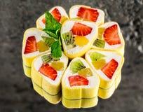 Rotolo di sushi dolce con la fragola, il kiwi e l'arancia immagine stock libera da diritti
