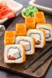 Rotolo di sushi fritto con gamberetto ed il caviale Fotografie Stock Libere da Diritti