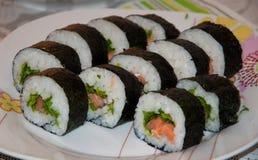 rotolo di sushi giapponese sul piatto immagini stock