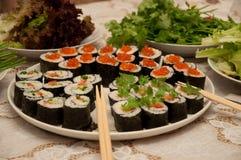 rotolo di sushi giapponese sul piatto sul taible immagine stock