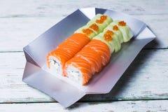 Rotolo di sushi su fondo di legno bianco Fotografie Stock