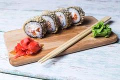 Rotolo di sushi su fondo di legno bianco Fotografie Stock Libere da Diritti