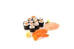 rotolo di tonno di color salmone combinato su bianco Fotografie Stock