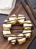 Rotolo dolce con il formaggio cremoso e del kiwi immagini stock