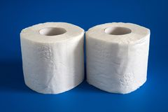 Rotolo due della carta igienica molle bianca su fondo blu Immagini Stock