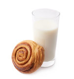 Rotolo e bicchiere di latte di cannella immagine stock libera da diritti