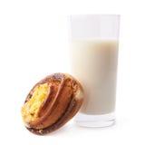Rotolo e bicchiere di latte di cannella immagine stock