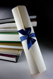 Rotolo e libri del certificato Fotografia Stock