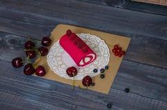 Rotolo rosa del formaggio cremoso con le bacche fresche Immagine Stock