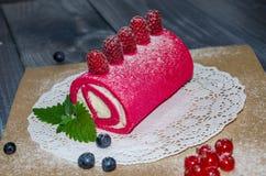 Rotolo rosa del formaggio cremoso con le bacche fresche Fotografia Stock Libera da Diritti